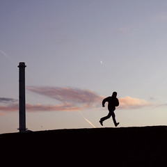 corro per l'aventura de córrer ... (Color-de-la-vida) Tags: sunset silhouette silueta chimenea 40d colordelavida hedudadoentrebncolor nubedeazúcarconsaborafresa