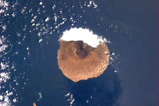 Which leeward island of a green archipelago?