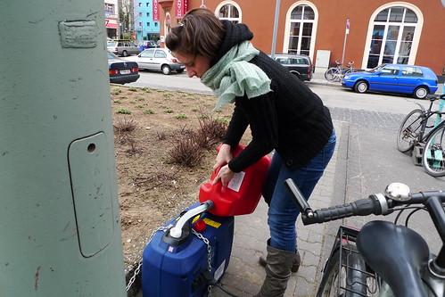 Katja füllt den Generator mit Strom