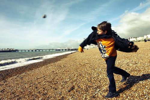 [フリー画像] 人物, 子供, 少年・男の子, イギリス人, 投げる, 201103160100