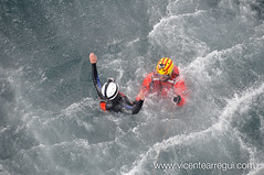 Mientras izan al primero en la cesta, el nadador se hace cargo de la segunda víctima.