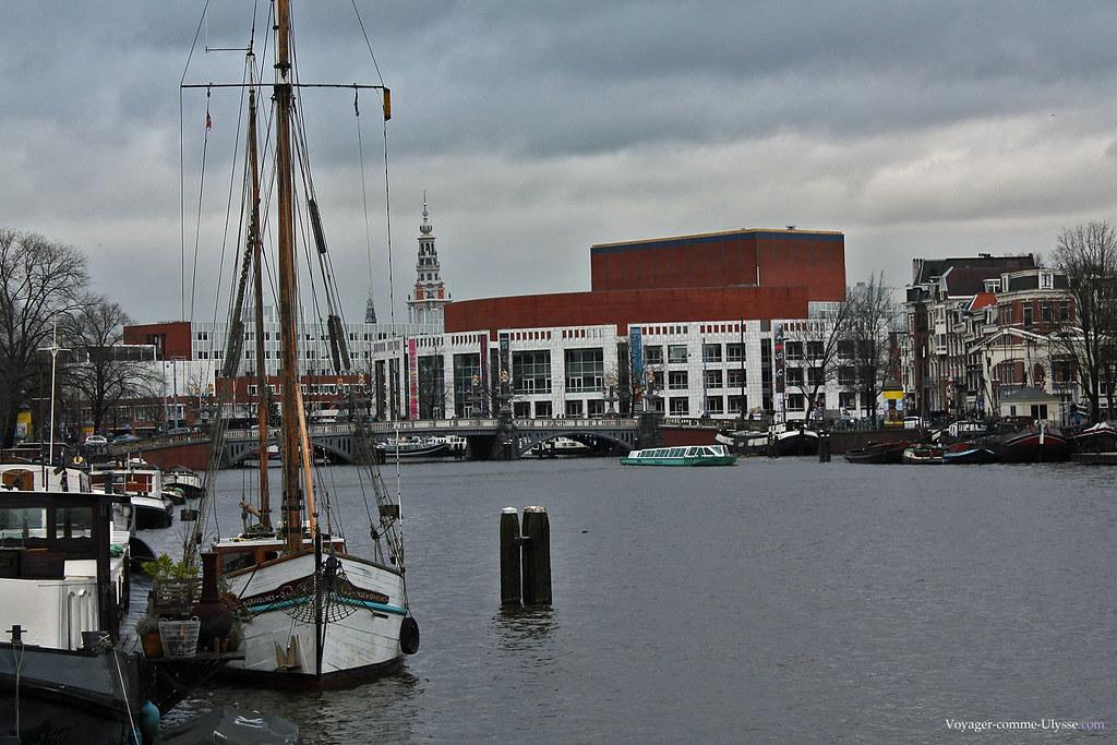 L'Amstel, avec le clocher de l'église Zuiderkerk au fond