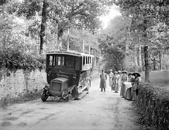 Kenmare Road, Killarney, Co.Kerry (National Library of Ireland on The Commons) Tags: ireland ladies kerry killarney luton fashions glassnegative flattyre robertfrench williamlawrence nationallibraryofireland commercialcars lawrencecollection commercars bm1606 munsterset