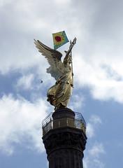Da stehen wir drüber! Über der dt. Viktoria. Berliner Anti-Atom-Demo 26.03.2011
