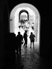 turisti (Camillo diB ()) Tags: donnafugata ragusa sicilia italia castello ingresso controluce settembre