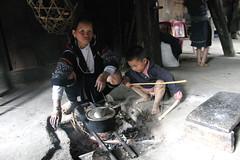 Hmong people, Sapa, Vietnam (sensaos) Tags: travel boy people food woman house cooking 2004 kitchen asia native interior north mother son tribal vietnam viet tribe household sapa nam preparing indigenous azie dwelling azi sensaos