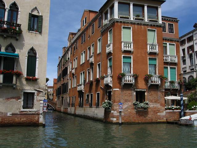 ヴェネツィアの水路と標識のフリー写真素材
