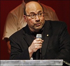 Craigslist founder Craig Newmark speaks at a memorial concert for Katherine Ann Olson Sunday May 3, 2009 in Eden Prairie, Minn. Olson, 24, died in 2007 after responding to a phony ad for a baby sitter Craigslist. (The Berlin Turnpike) Tags: