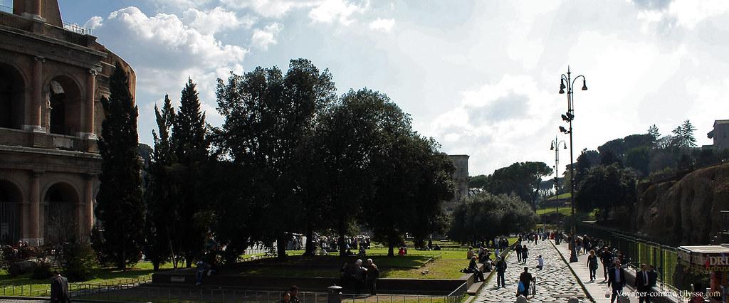 Sur la gauche, le Colisée