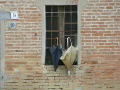 P1000071 (gzammarchi) Tags: italia natura finestra campagna pietra paesaggio insegna collina numero ravenna ombrello coppia inferriata opposti rioloterme mazzolano