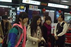 最左邊的朝日奈央 中間的楓醬(橋本楓)  最右邊的蘇醬(森田涼花) 後面還有戴著帽子的Hi醬(三宅ひとみ )