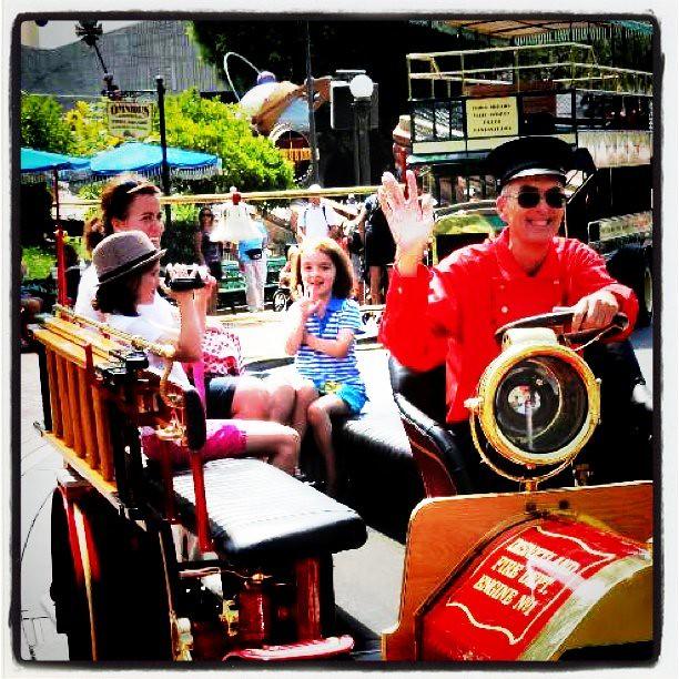 小loli也在招手~ @Disneyland