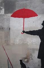 En un callejn del barrio latino parisino. (Pilar Taberner) Tags: rojo negro gato pars paragas
