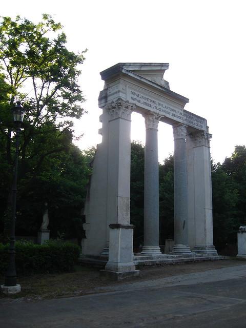 ボルゲーゼ公園にある遺跡のフリー写真素材