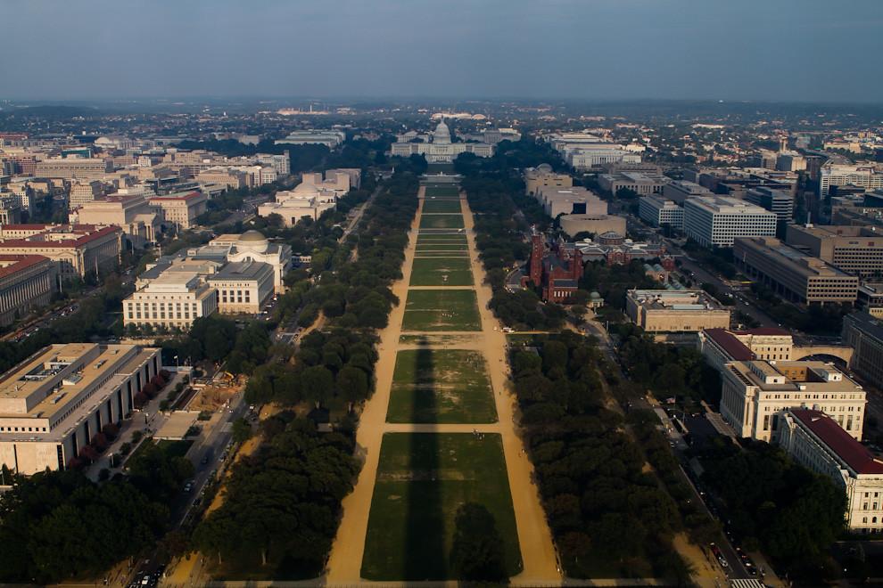 Una imponente vista del Capitolio, desde la plataforma de observación en la punta del Monumento a Washington, con su sombra que se puede apreciar en el denominado National Mall. (Tetsu Espósito - Washington, Estados Unidos)