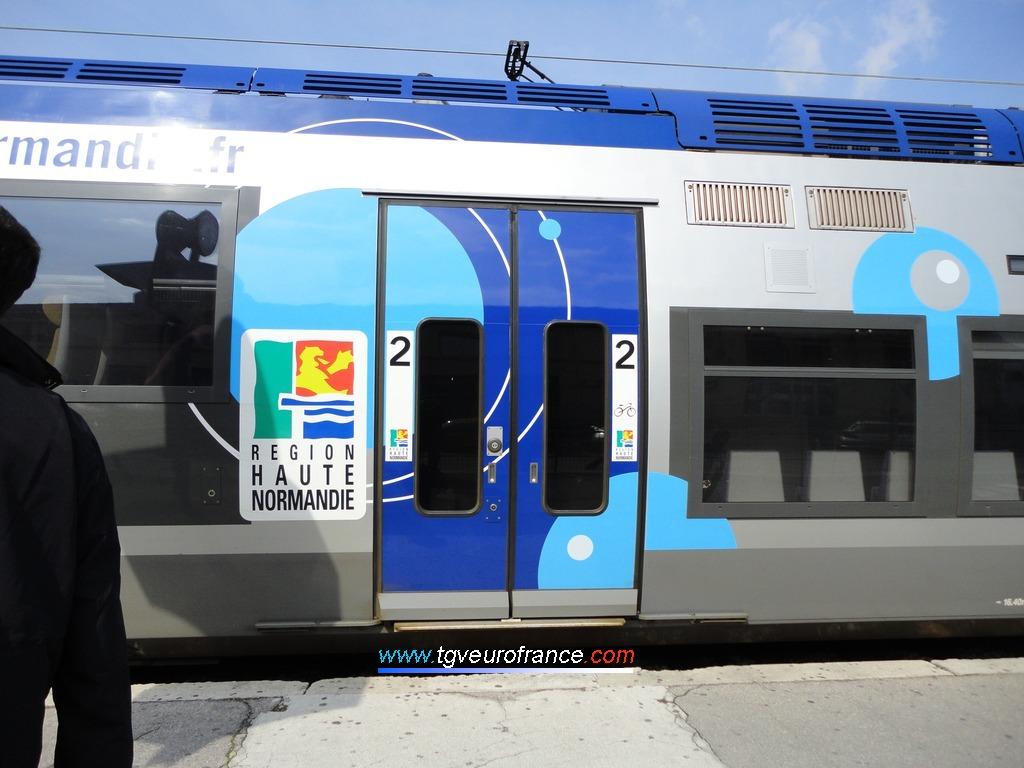 Détail des portes coulissantes électriques d'un Autorail à Grande Capacité (AGC) de Bombardier