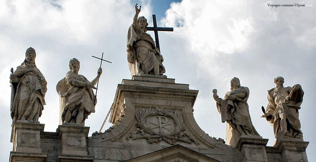 Statues monumentales surmontant la balustrade