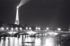 Paris (David A Córdova M) Tags: light bw paris film 35mm photography photo foto tour shot picture eiffel bn lumiere pont fotografia amateur davidcordova deividcordova
