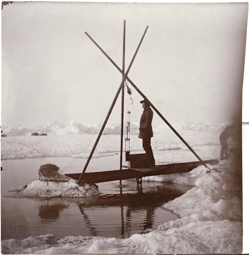 Fridtjof Nansen måler dypvannstemperaturen ved hjelp av vannhenteren.