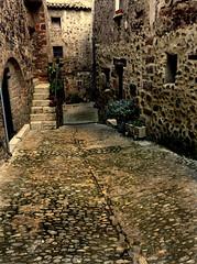 Santa Pau (Enrique Flores 71) Tags: espaa spain catalonia girona catalunya catalua gerona callejon callejones santapau espanya doublyniceshot mygearandme