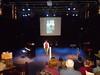 Godelieve Engbersen praat alle sprekers en gasten aan elkaar met veel enthousiasme!