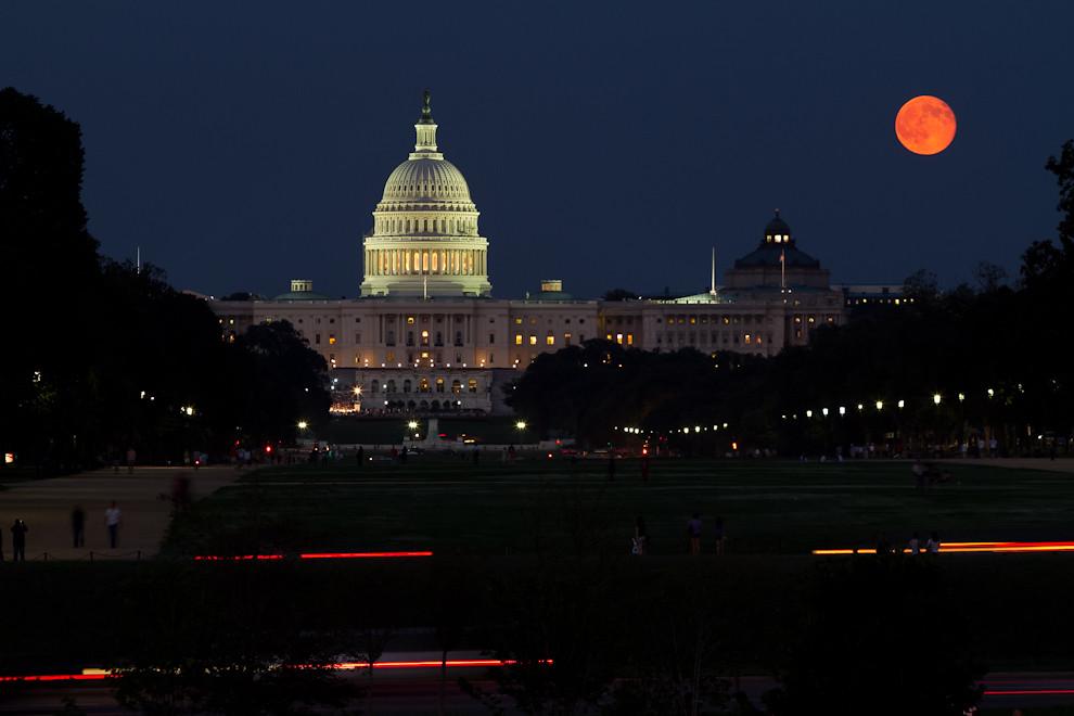 La luna llena ilumina el cielo de Washington en esta toma que muestra El Capitolio de los Estados Unidos,  edificio que alberga las dos cámaras del Congreso. Fue terminado de construir en 1863 y es una de las principales atracciones turísticas de la ciudad. (Tetsu Espósito - Washington, Estados Unidos)