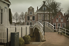 Dokkum (Pieter Musterd) Tags: bridge houses house photoshop canon eos raw seat thenetherlands bank pont 5d brug huis brcke friesland huizen bankje dokkum cs4 vleesmarkt canoneos5dmarkii pietermusterd colorefexpro30 legeweg photoshopcs4 5dmarkii legewegbrug