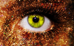 Brilla! [explore!] #27 =) (Nanihta (Sol Vzquez)) Tags: espaa verde green eye art sol glitter photoshop ojo photography gold interesting spain shine sony explore dorado fotografa vazquez vzquez purpurina brilla nanah explored nanihta