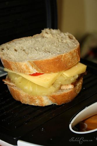 Sandwich cald cu piept de curcan si ananas