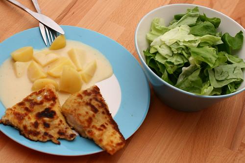 Seelachs, Kartoffeln mit Senfsauce und Salat