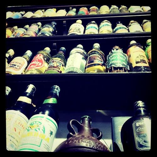 Cachaças numa loja de Paraty - foto de Sam Shiraishi