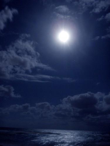 La Luna Azul del 21 de noviembre de 2010 es la tercera de cuatro Lunas llenas entre el equinoccio de Septiembre y el solsticio de Diciembre. Luna en Geminis.