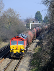59206 with 6B13. (curly42) Tags: transport railway gloucester freight tanks dbs freighttrain westerleigh doublebridges murco class59 59206 6b13 murcotanks redloco