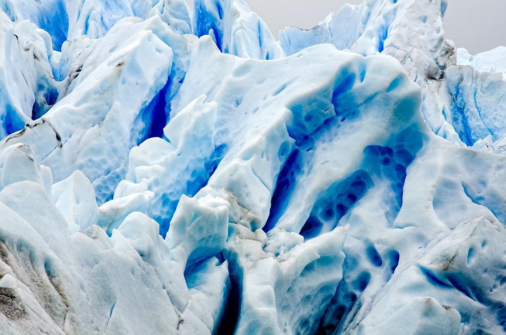 El hielo aparece azul cuando tiene una consistencia muy alta y las burbujas de aire no impiden el paso de la luz a través de él, En promedio, la absorción de luz roja en el hielo es seis veces más eficiente que la absorción de luz azul.(Roberto Dam - Patagonia, Argentina)