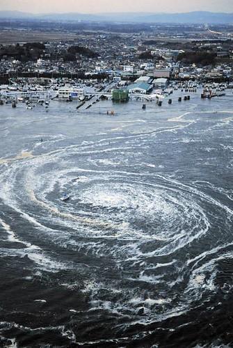 Gran remolino en Japón tras el terremoto y tsunami
