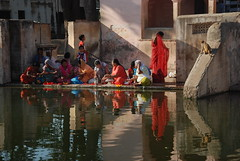 (  asaf pollak) Tags: old woman india reflection water nikon indian north structure pollack assaf puja rajasthan bundi  wiman    d80        asafpollak