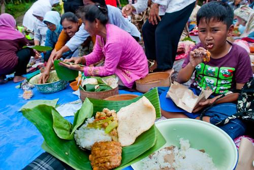 ragam menu nasi berkat yaitu kerupuk, tempe, tahu, ayam, sambal hati yang disajikan pada tradisi makan bersama oleh warga yang tinggal di sekitar Bendung Kayangan, Girimulyo, Kulon Progo