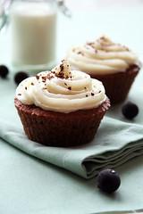 Chocolate-black currant cupcakes with cream cheese frosting / Šokolaadi-mustsõstra cupcake'id toorjuustu kattega