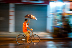 le cycliste au parapluie (olivier.jeannin) Tags: orange blur bike bicycle night speed umbrella thailand iso3200 funny pluie humour noflash thalande f56 umbrellas nuit efs1785mmf456isusm vlo flou lr thailande parapluie lightroom vitesse drole 70mm tranger parapluies thaland canoneos40d olivierjeannin personneinconnue