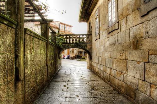 Narrow street and arch. Pontevedra. Galicia. Callejón y arco