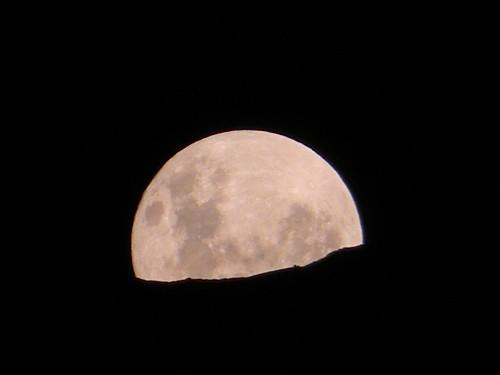 Luna detrás del cerro by Carlos Navarro C.