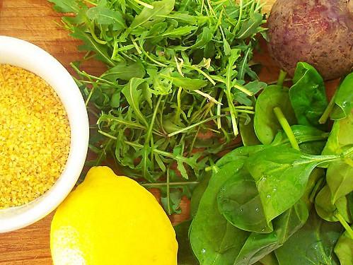 Bulgur al pesto di rucola e pistacchi su insalata di spinacini