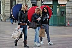 Grande es bonito (Kalos eidos) Tags: barcelona girls espaa hat walking spain caminar chicas sombrero barcellona catalua spagna cappello rambla catalogna ragazze camminare