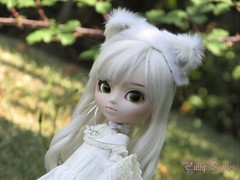 White Cat In The Garden (Little Queen Gaou) Tags: nanachan pullip groove doll photography garden autumn automne