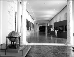 Galerie Vernet (stephphoto8184) Tags: exposition avignon muse calvet noir et blanc paca vaucluse pierre galerie vernet tableau globe lumire colonne buste