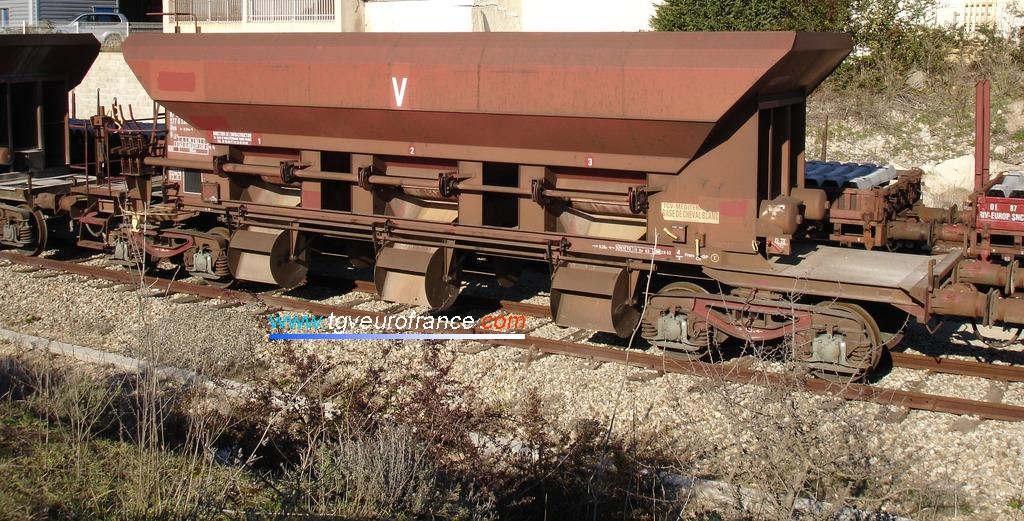 Wagon D12 du parc de service SNCF équipé de bogies.