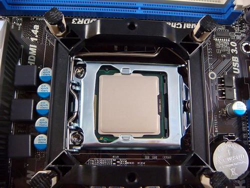 主機板扣住 CPU。