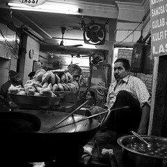 Delhi, samosa seller (Olivier Th) Tags: voyage street city trip travel winter vacation people blackandwhite bw india man cold men canon eos photo asia shot image noiretblanc delhi indian hiver reporter picture culture streetphotography nb streetphoto indians asie hindu rue dilli froid indien thao ville hommes gens inde reportage streetshot vity ghat indiens olddelhi photoderue indienne republicofindia ghaat journalisme digitalcameraclub indiennes photoreportage