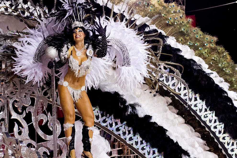 La Reina del Club Atlético San Juan, Andrea López, alegra al público con sus bailes, representando la alegoría De Película. (Tetsu Espósito - Encarnación, Paraguay)