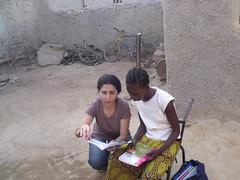 Avec hawa, feuilletant avec elle, le livre envoyé par sa marraine